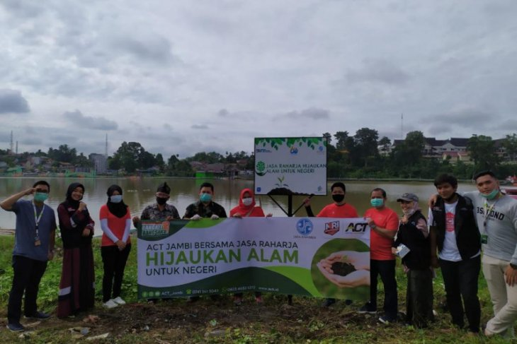 Hijaukan Danau Sipin, Jasa Raharja Jambi tanam puluhan bibit pohon buah