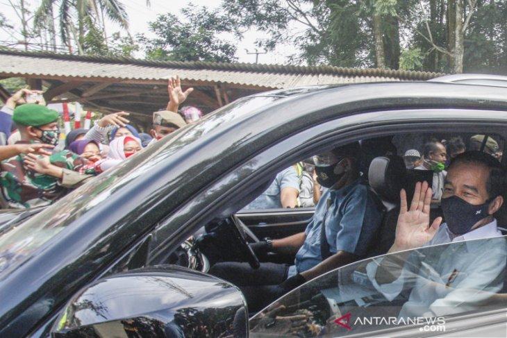 Presiden Jokowi bagikan sembako kepada warga di Cideng Jakpus