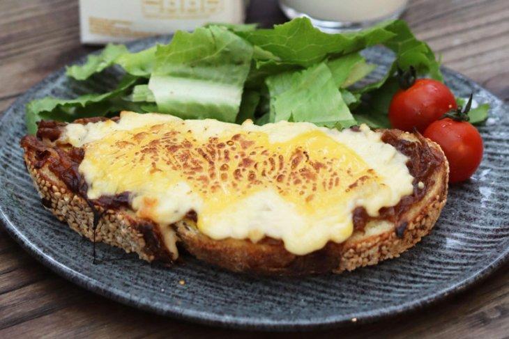 Resep roti bakar sarapan sederhana yang terasa mewah dan menggiurkan