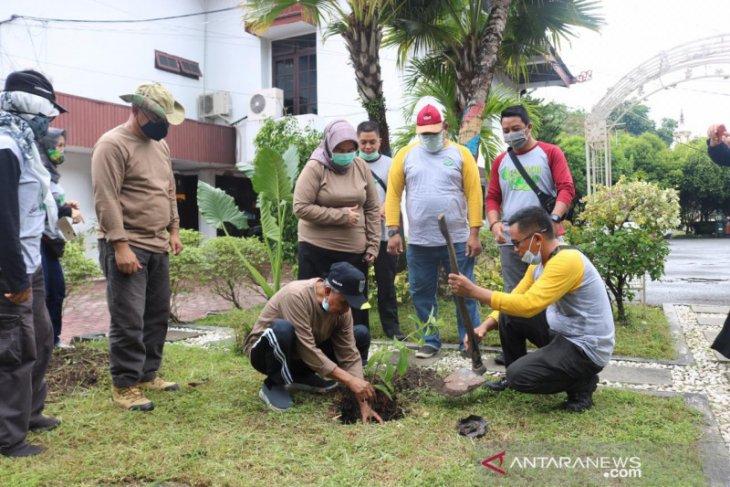 Banjar Regent plants bungur tree in the pavilion yard