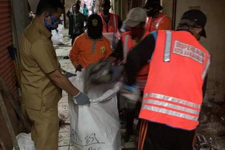 Puluhan ton sampah dibersihkan dari pasar tradisional