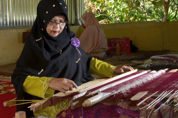 Pemkab Bangka Barat tingkatkan keterampilan perajin tenun tradisional