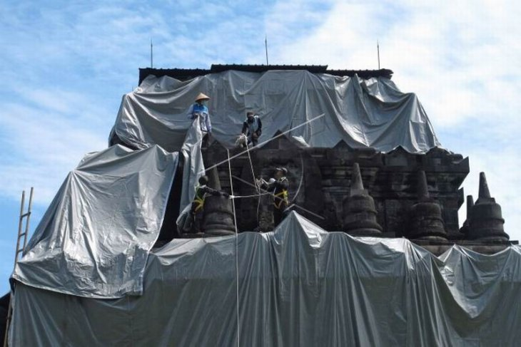 Upaya melindungi batu candi dari abu vulkanik
