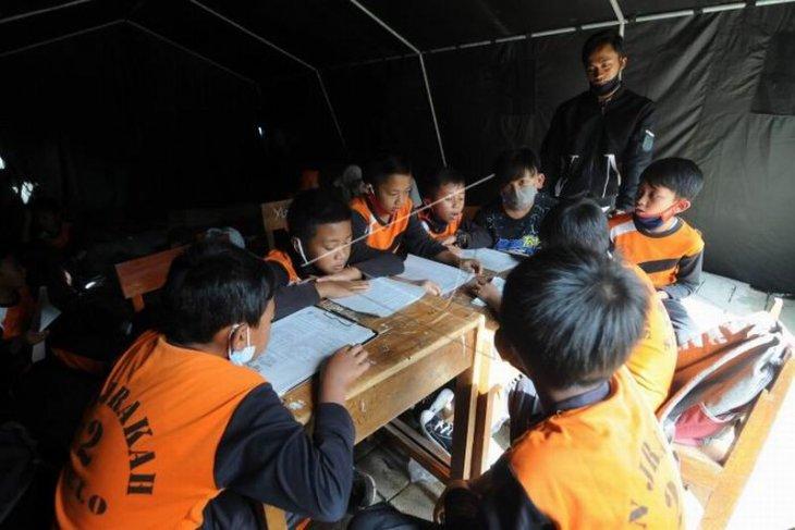 Belajar di tenda pengungsian