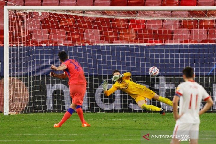 Olivier Giroud memborong empat gol saat Chelsea mencukur Sevilla 4-0