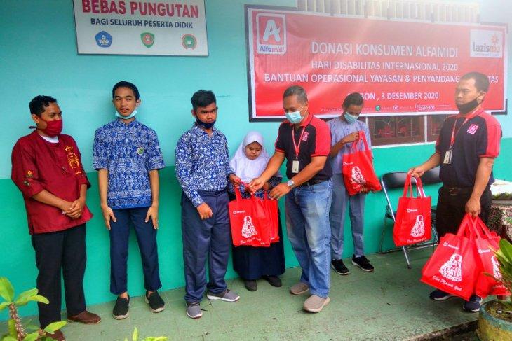 Alfamidi Ambon salurkan donasi konsumen kepada siswa  penyandang disabilitas di Ambon