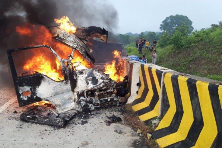 Minibus Elf kecelakaan dan terbakar di Tol Madiun-Nganjuk, tiga penumpangnya tewas