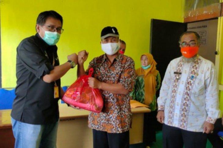 Angkasa Pura II berikan bantuan sembako kepada warga Rasau Jaya