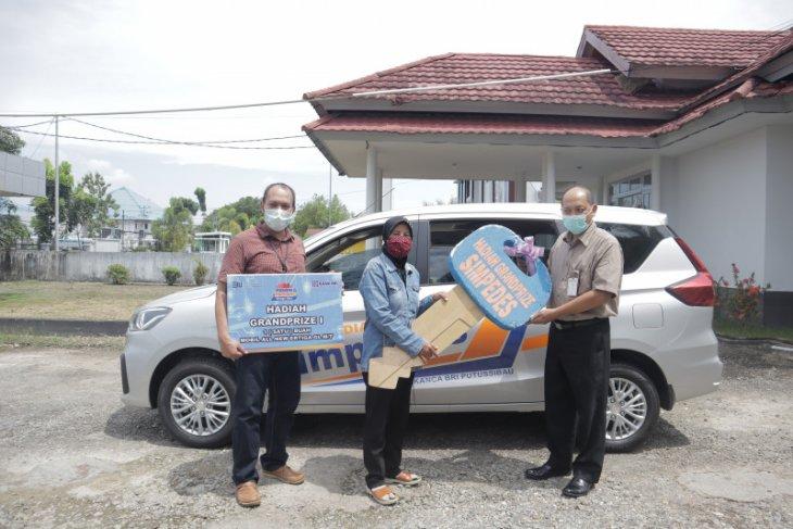 Siti Hanifah dapat satu mobil dari undian Simpedes BRI Putussibau