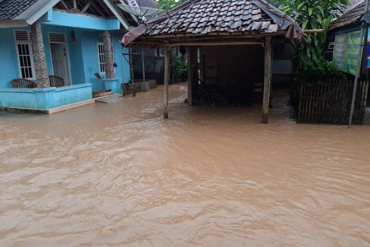 Ratusan warga di Lebak mengungsi akibat banjir