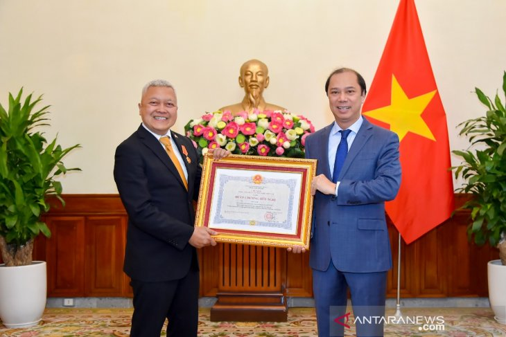 Indonesian envoy receives Friendship Order from Vietnam