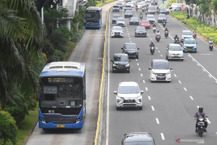 Bus TransJakarta serempet pagar pembatas dan sepeda motor di Halte Lebak Bulus