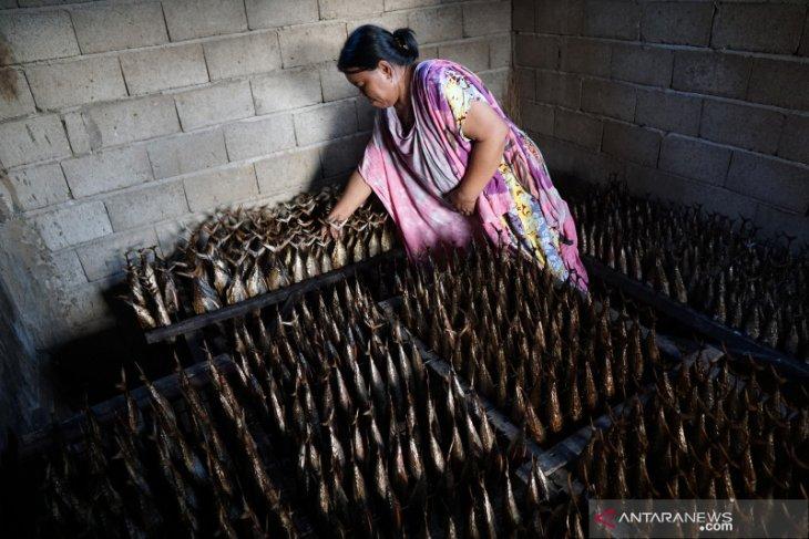Harga ikan asap di Gorontalo naik karena kekurangan bahan baku