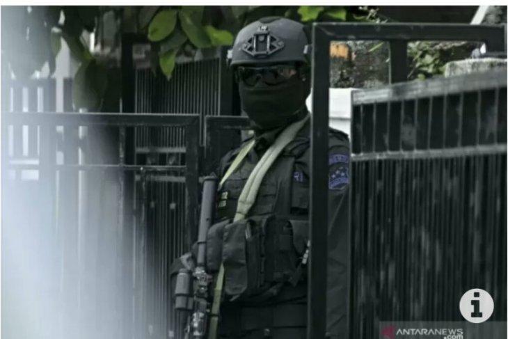 Densus 88 Mabes Polri gerebek rumah terduga teroris di Makassar