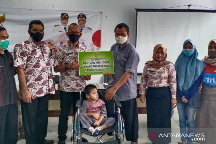 Dinsos Kabupaten Bogor beri bantuan ratusan kursi roda untuk penyandang disabilitas