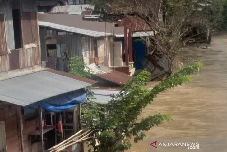 Sungai Deli Medan  kembali meluap rendam ratusan rumah warga