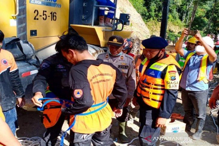 BPBD: Pencarian operator escavator yang terseret longsor ke Sungai Batang Toru dihentikan sementara