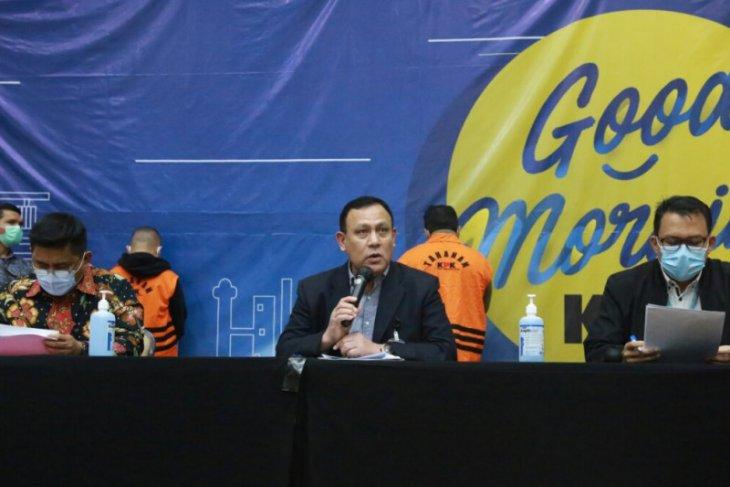 KPK tahan tiga tersangka korupsi bansos di Kemensos