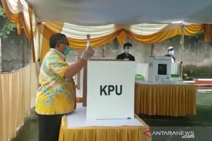 Calon Bupati Sukabumi petahana salurkan suaranya di ruang isolasi RSUD Sekarwangi