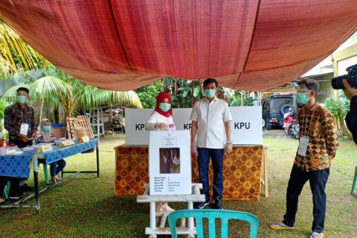 Bersama istri, Ketua DPRD Provinsi Jambi salurkan hak pilihnya di TPS 14