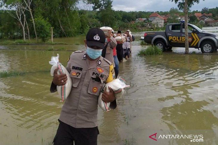 Polres Sampang bagikan 10 ton beras kepada warga terdampak banjir