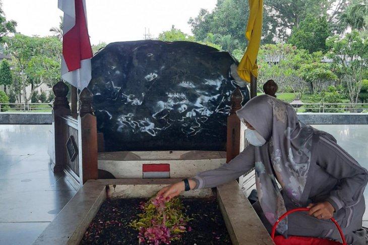 Unggul hitung cepat, Cabup Ipuk ziarah ke makam Bung Karno