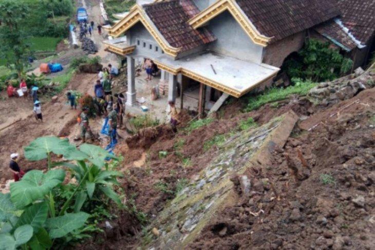 Rumah rusak dan jalan tertutup material longsor