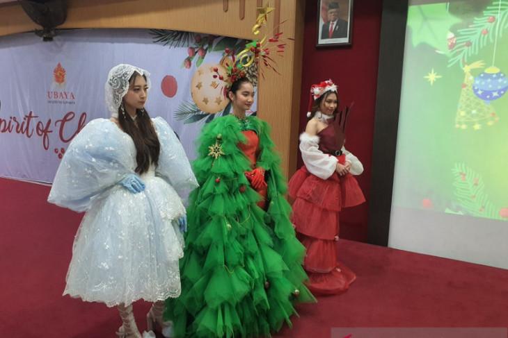 Mahasiswa Ubaya rancang gaun bertema Natal serupa sinterklas