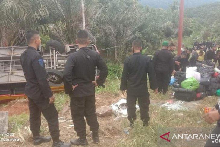 Mobil bus mengangkut Brimob Polda Sumsel terbalik di Muara Emat Kabupaten Kerinci