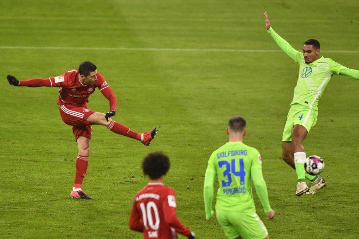 Bayern benamkan Wolfsburg dengan dua gol Lewandowski