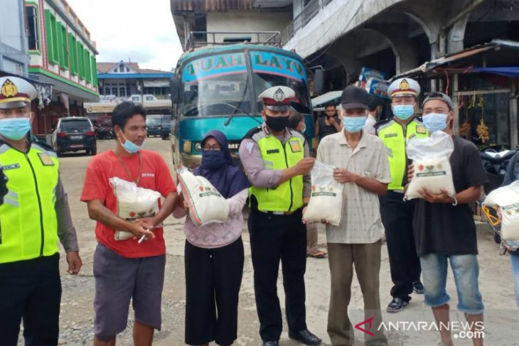 Polisi bagikan beras peduli masyarakat terdampak COVID-19 di Bengkayang