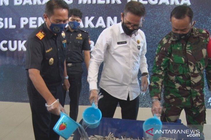 Kotabaru destroys half a million cigarettes without excise