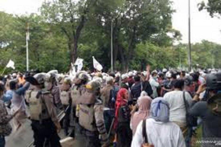Polisi bubarkan massa aksi demonstrasi 1812
