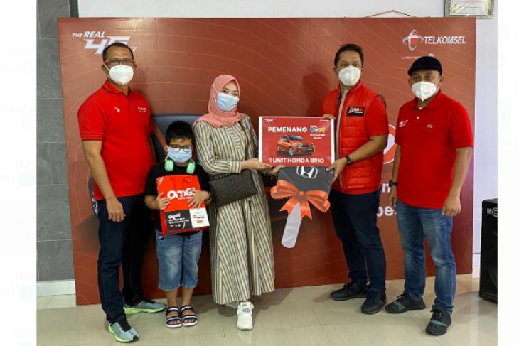 Pelanggan setia Telkomsel raih hadiah mobil dari tukar Poin Telkomsel