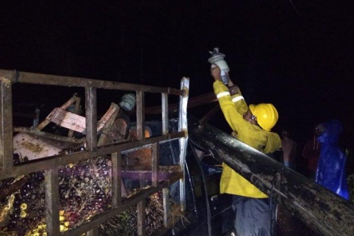 Tiang listrik timpa mobil pengangkut sawit di Aceh Jaya