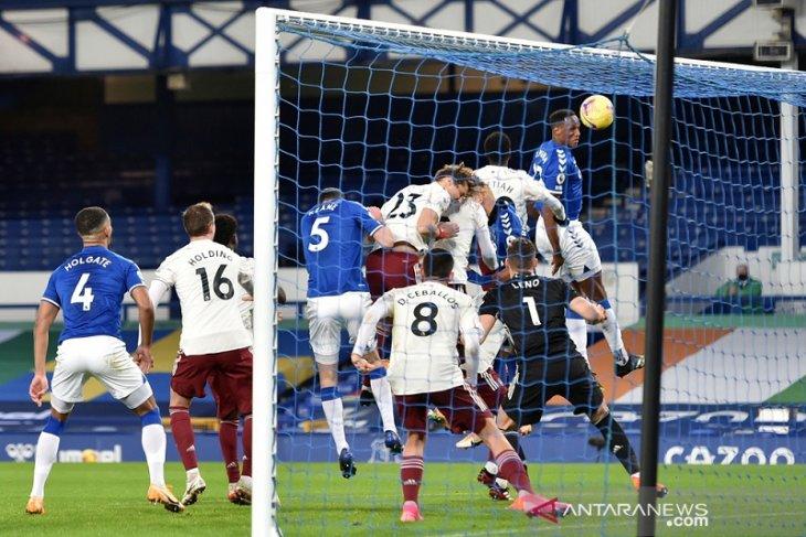 Everton lompat ke posisi kedua