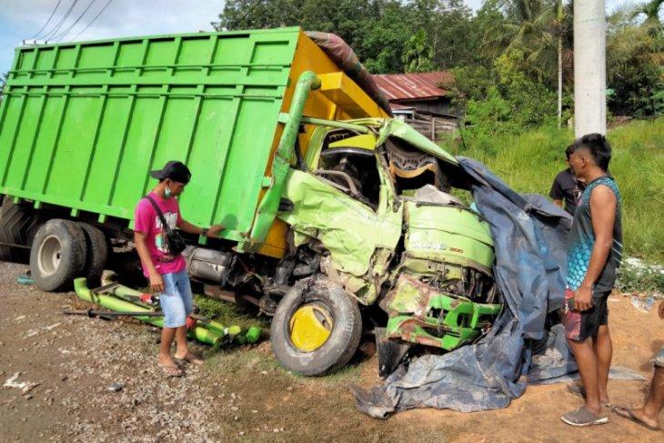 Terjadi tabrakan beruntun, seorang sopir truk tewas