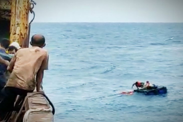 Kapal angkut pupuk ke Ketapang tenggelam, kru selamat dibawa ke Sampit