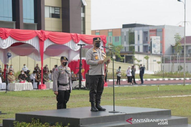 Polisi Riau berjibaku padamkan 10 titik api