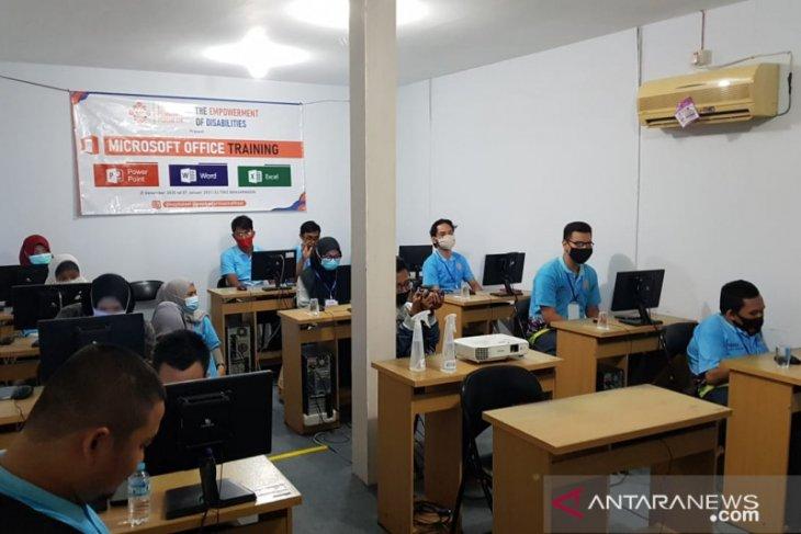 ELTIBIZ trains Banjarmasin's disabilities with Microsoft Office