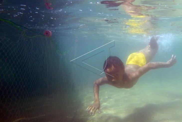 Kegiatan Anak Pesisir Cari Ikan