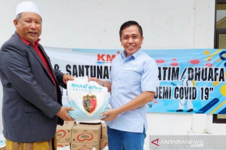 KMI-Bareskrim bagikan paket sembako pada santri di Bogor