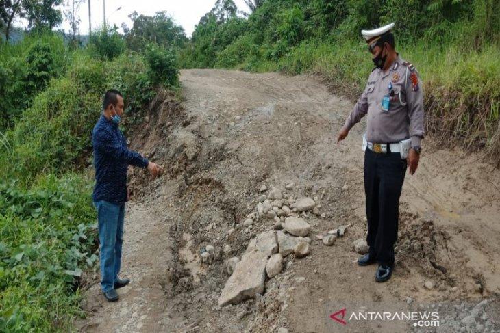 Pemerintah diminta buka mata kondisi Jalinsum Batu Jomba Tapsel yang kerap timbulkan kemacetan