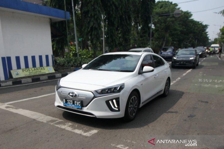 Mobil listrik PLN singgah di Surabaya dalam uji coba menuju Bali