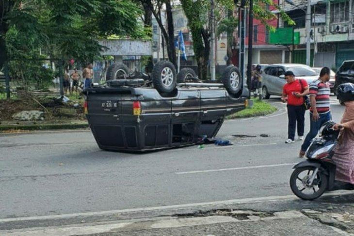 Nekad terobos lampu merah, mobil ini terguling setelah sempat tabrak Fortuner