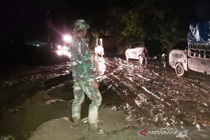 Longsor tebing gunung di Gayo Lues-Aceh  kubur jalan raya