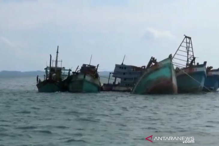 Riau Islands authorities sink 5 foreign fishing boats caught poaching