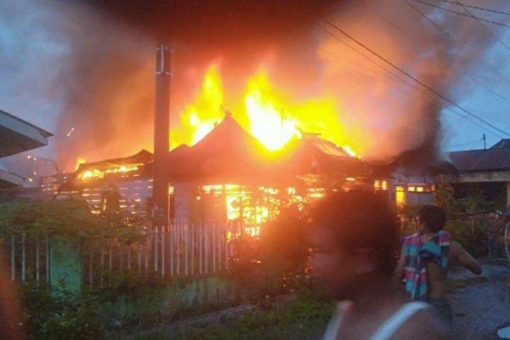 Dua unit rumah di Angkola Muaratais habis dilalap sijago  merah