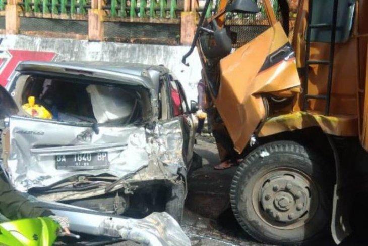 Minibus sarat penumpang nyemplung ke sungai  dalam kecelakaan beruntun akibat truk rem blong