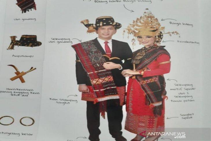 Ketua Bhayangkari Cabang serahkan buku pesona baju adat pengantin kepada Ketua TP PKK Tapsel